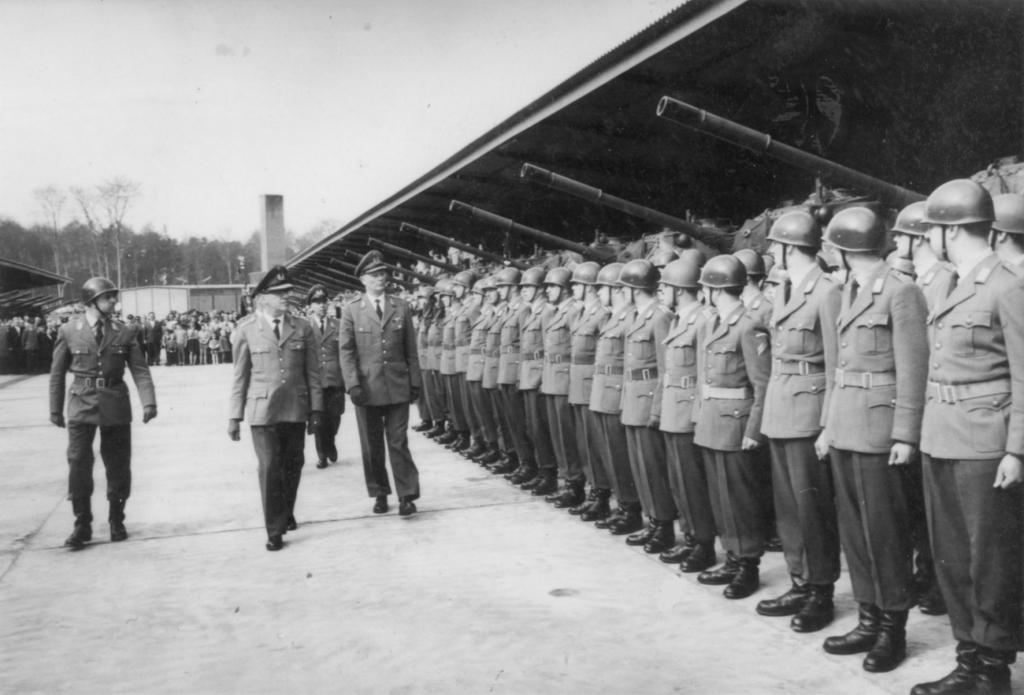 Abschreiten der Front druch den Befehlshaber im Wehrbereich IV Brigadegeneral Herrmann